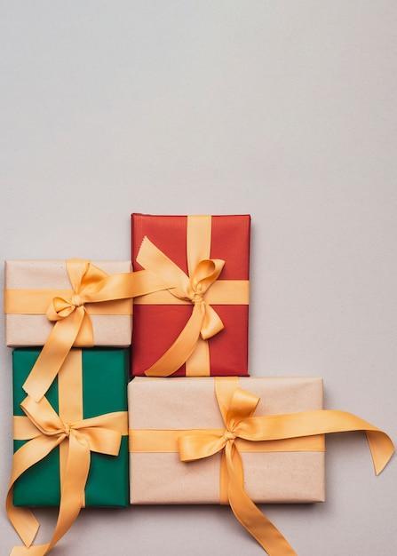 Collection De Cadeaux De Noël Avec Ruban D'or Photo gratuit