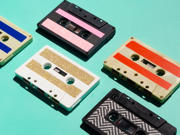 Collection de cassettes multicolores vives Photo gratuit