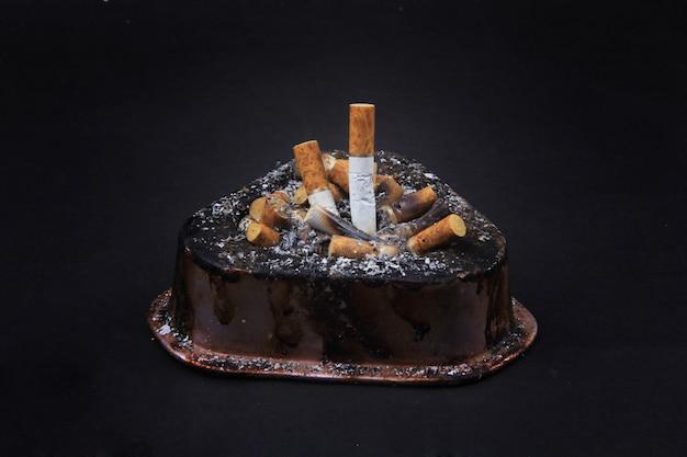 Une collection de cigarettes dans un cendrier Photo Premium
