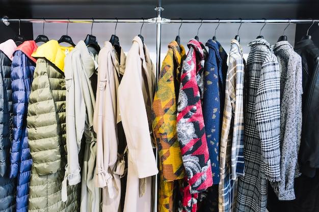 Collection colorée de manteau de femme suspendu à un support Photo gratuit