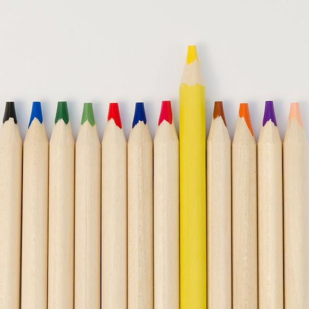 Collection De Crayons Avec Seulement Un Jaune Photo gratuit
