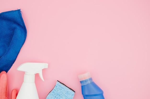 Collection de fournitures de ménage sur fond rose Photo gratuit