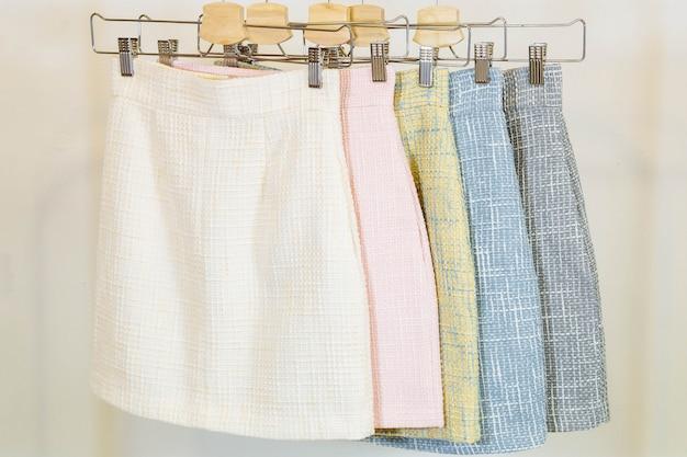 Collection de jupes de mode sur le cintre. magasin de vêtements Photo Premium