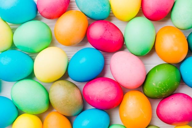 Collection lumineuse d'oeufs colorés Photo gratuit