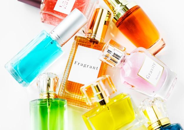 Collection de petites bouteilles de parfum Photo gratuit