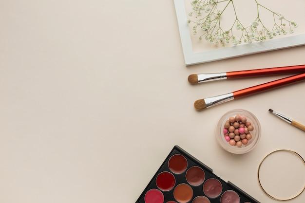 Collection De Produits Cosmétiques De Maquillage Sur La Table Photo gratuit