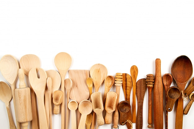 Collection D Ustensiles De Cuisine En Bois Sur Fond Blanc Photo