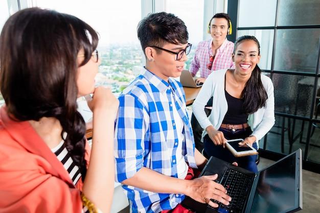 Collégiens en apprentissage en groupe de travail Photo Premium