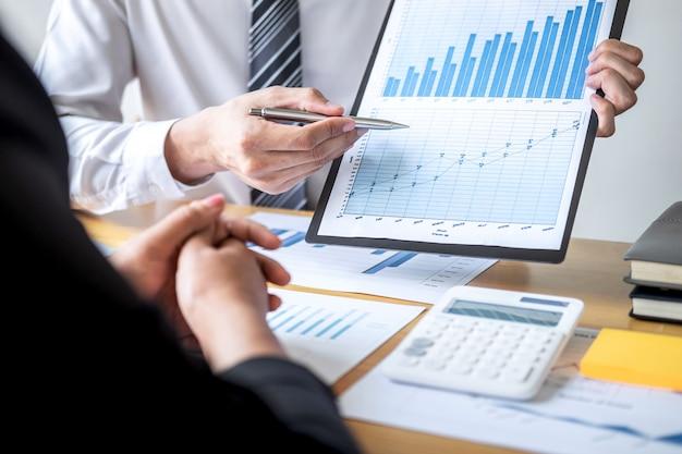 Collègue de travail travaillant et analysant avec un nouveau projet de finance comptable Photo Premium