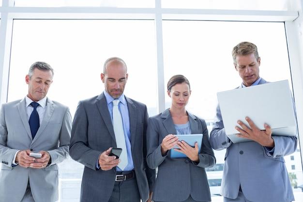 Collègues d'affaires utilisant leurs appareils multimédia Photo Premium
