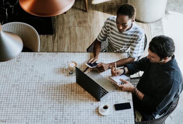 Collègues dans un espace de travail travaillant ensemble Photo Premium