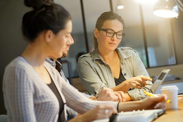 Collègues discutant des idées dans un espace de travail commun Photo Premium