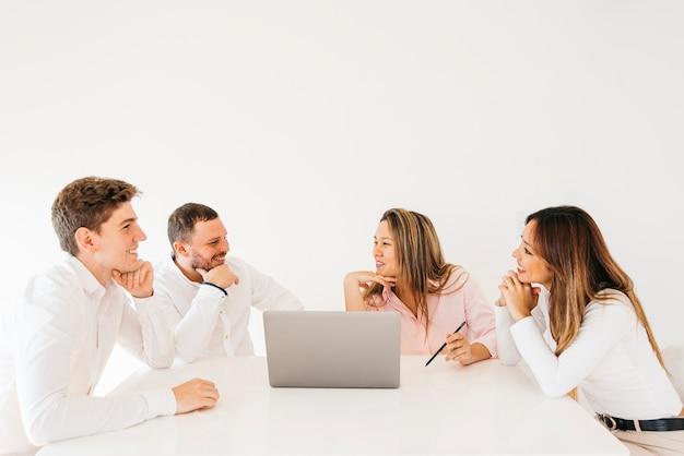 Collègues discutant et riant au bureau Photo gratuit