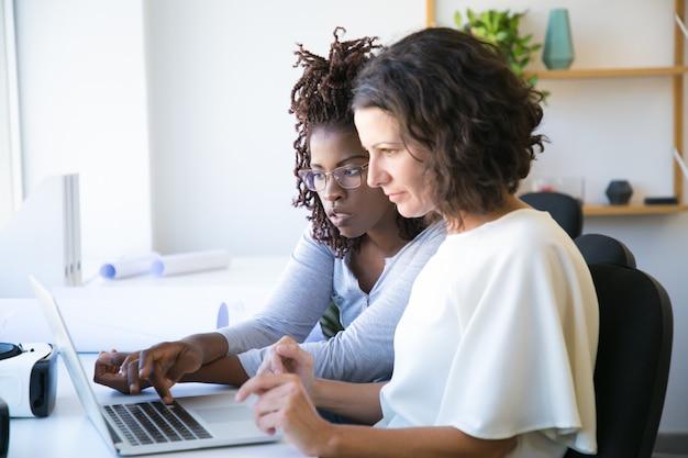 Collègues féminines regardant la présentation Photo gratuit