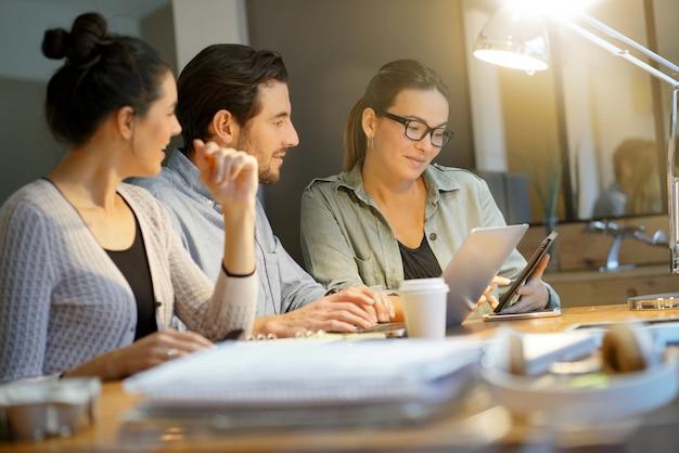 Collègues à la recherche d'idées commerciales dans un espace de travail moderne Photo Premium