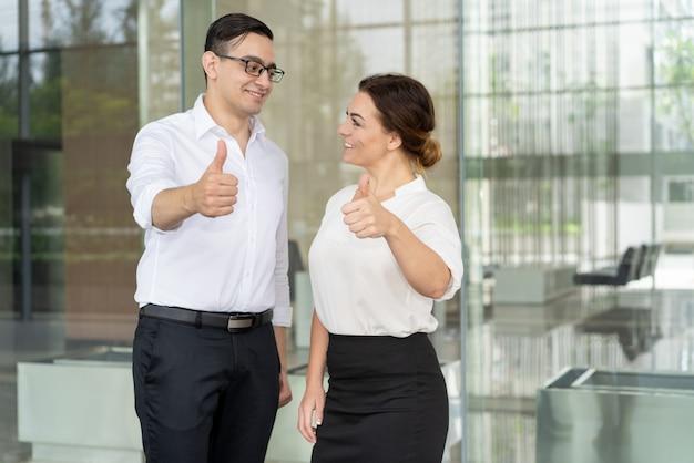 Des collègues souriants se regardant et exprimant leur approbation Photo gratuit