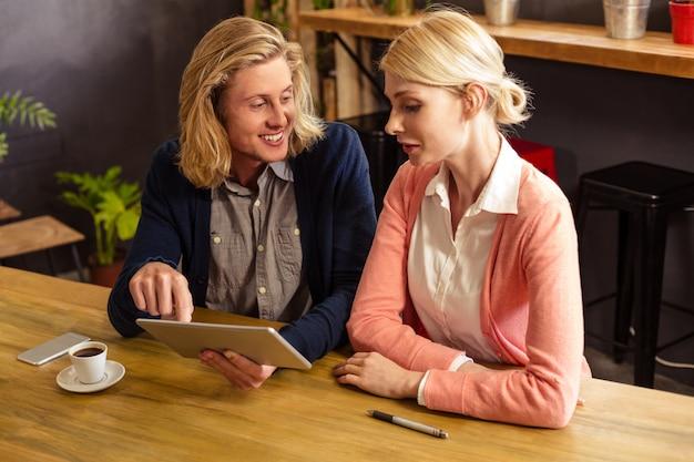 Collègues De Travail à L'aide D'une Tablette Pc Photo Premium