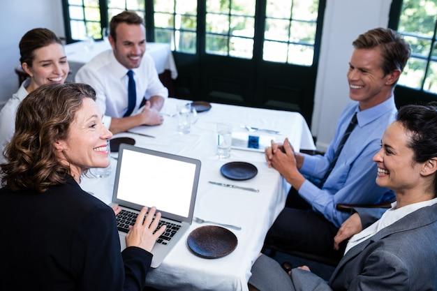 Collègues de travail ayant une réunion au restaurant Photo Premium