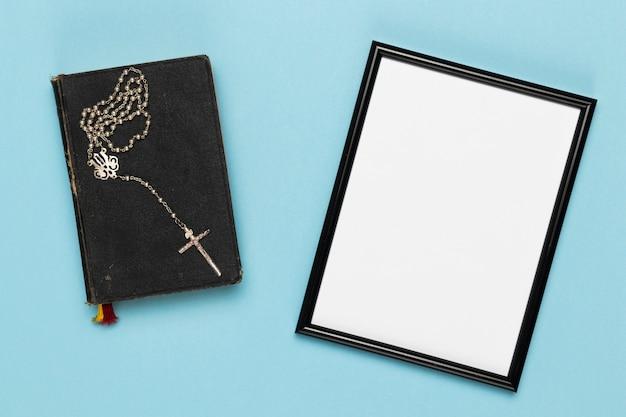 Collier et livre sacrés vue de dessus Photo gratuit