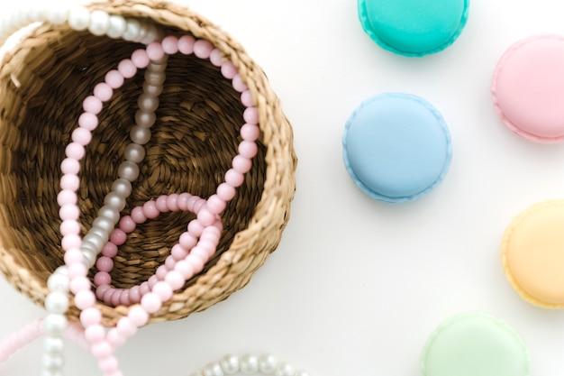 Collier de perles avec macarons Photo gratuit