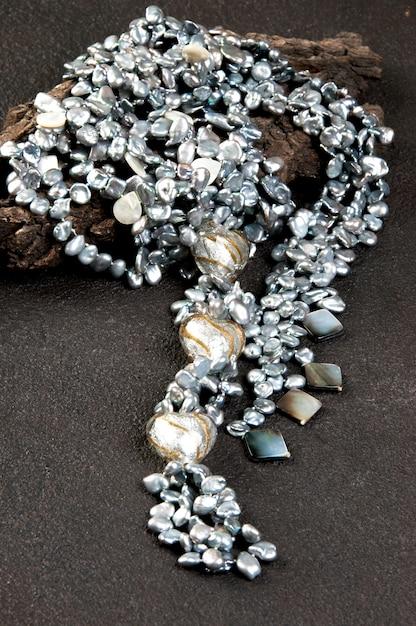 Collier de perles vintage sur fond noir Photo Premium