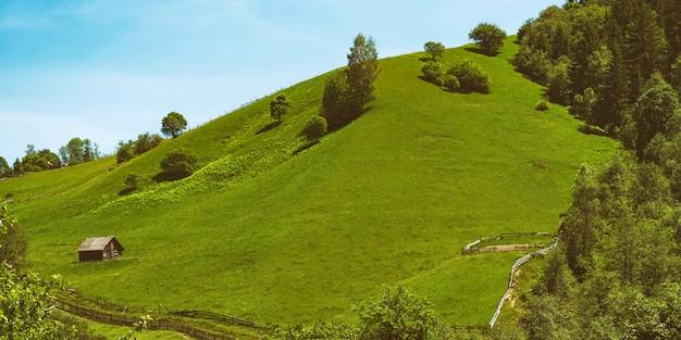 Colline D'herbe Verte Sur Ciel Bleu. Séjour Au Village, écotourisme Photo Premium