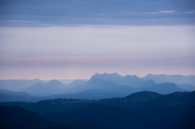 Collines Et Montagnes Couvertes De Brouillard Un Jour Sombre Photo gratuit