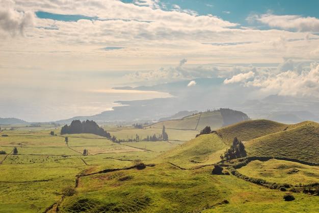 Les collines vert émeraude de l'île san miguel. açores le portugal Photo Premium