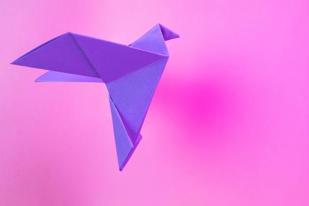 Colombes En Papier Origami Violet Sur Un Rose Pastel Photo Premium
