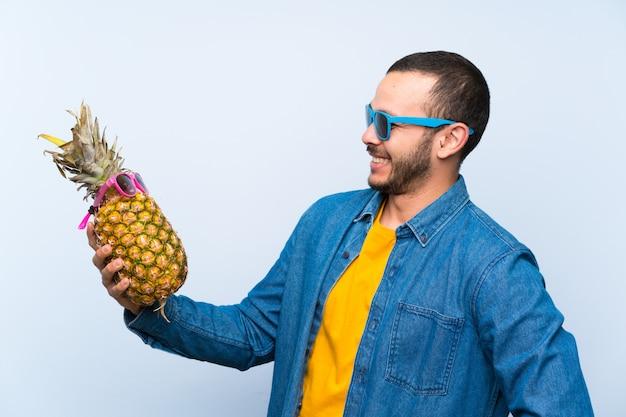Colombien, tenue, ananas, lunettes soleil Photo Premium
