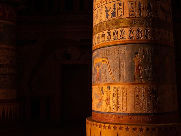 Colonne avec gravures égyptiennes Photo Premium