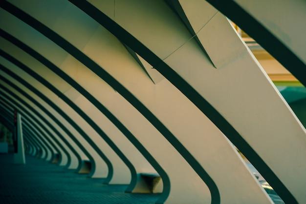 Colonnes de ciment blanc dans une scène sombre, en fond de modernité et d'architecture. Photo Premium