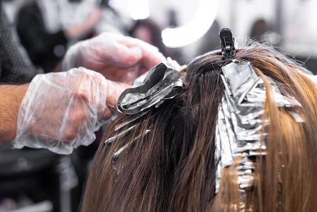 Coloration des cheveux au salon de coiffure Photo Premium