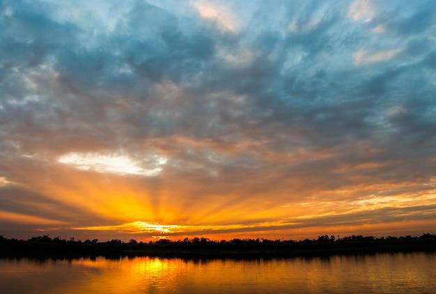 Coloré ciel dramatique avec nuage au coucher du soleil Photo Premium