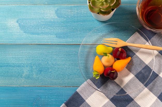 Coloré De Fruits Imitations Délétables (kanom Look Choup Est Une Collation Thaïlandaise) Photo Premium