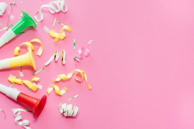 Colorul party streamers sur fond rose. Photo Premium
