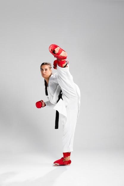 Combattant de fille avec des gants de boxe sur fond blanc Photo gratuit