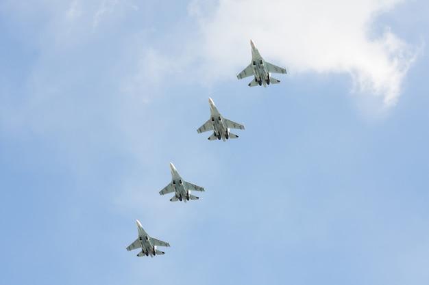 Les combattants russes dans le ciel lors de la fête. Photo Premium