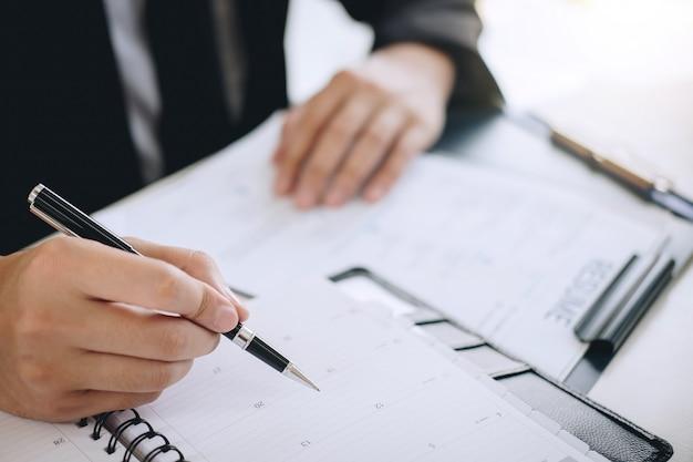 Le Comité écoute Les Réponses Des Candidats En Expliquant Son Profil Et Son Travail De Colloque. Photo Premium