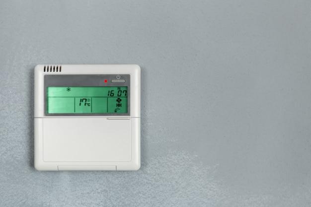 Commande de climatiseur, thermostat numérique programmable sur mur Photo Premium