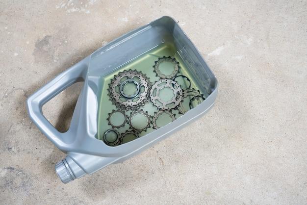 Comment nettoyer une cassette de vélo en la faisant tremper dans un carburant diesel. Photo Premium