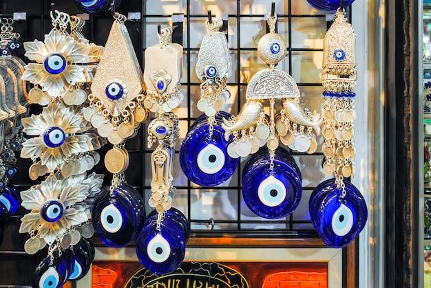 Les commerçants sur le marché d'istanbul vendent une variété de produits. Photo Premium
