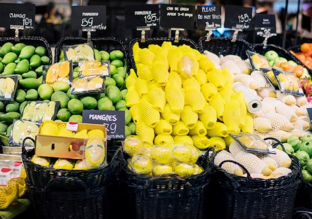 Commerce de détail supermarché supermarché marché de fruits Photo gratuit