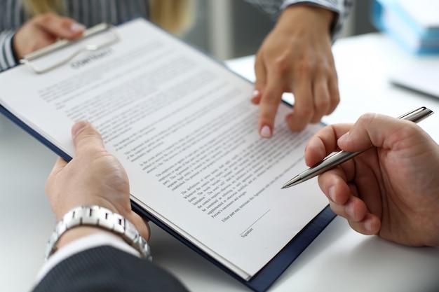Commis immobilier offrant un document de visiteur à signer Photo Premium