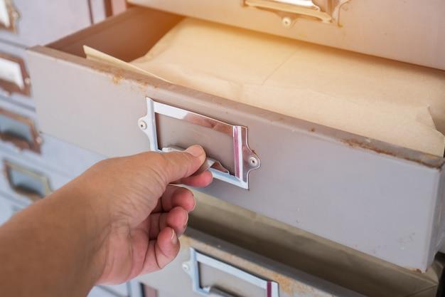 Commis tirez pile de vieux cabinet de fer ou armoires de casiers dans le vestiaire pour réalise au lycée Photo Premium