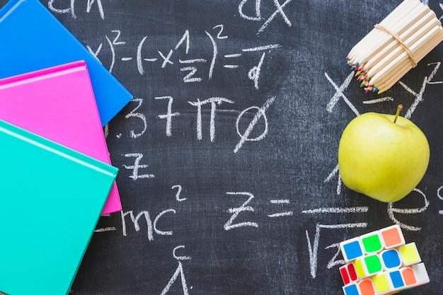 Commission scolaire avec des calculs mathématiques Photo gratuit