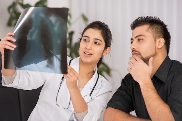 Communication Entre Un Médecin Indien Et Des Hommes. Photo Premium