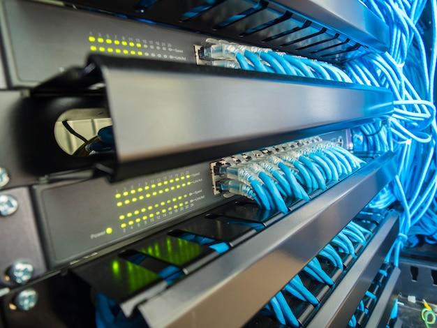 Commutateur de réseau et câbles ethernet dans une armoire Photo Premium