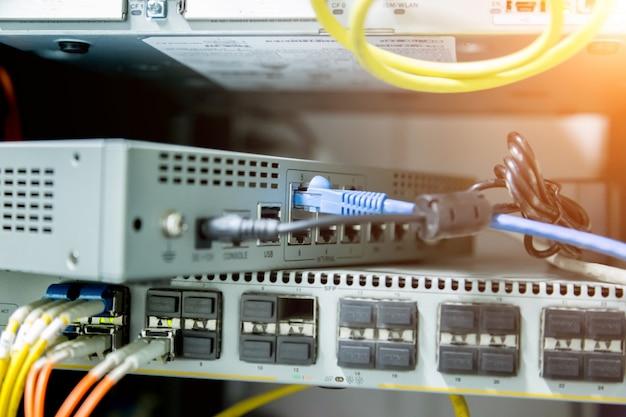 Commutateur réseau et câbles ethernet, data center concept. Photo Premium