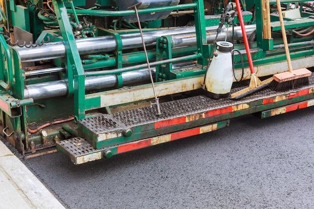 Compacteur à rouleau sur route asphaltée fraîche Photo Premium
